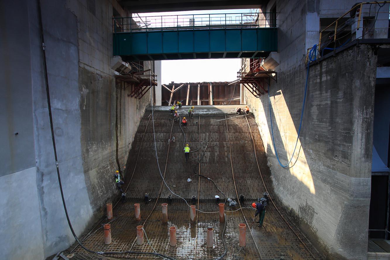 Torkretowanie zapory w Nysie . Beton nakładany metodą na mokro.